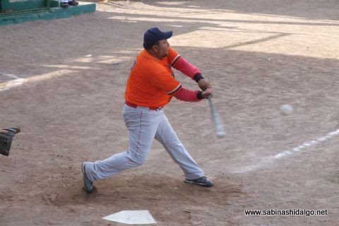 Javier González Flores de Burócratas A en el softbol dominical