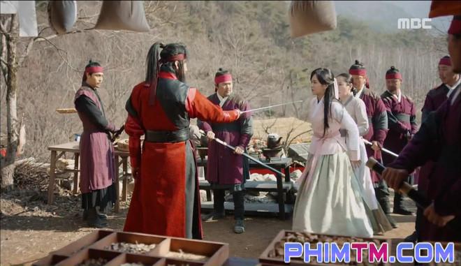 Đố kị với Kim So Hyun, nữ phụ Quân Chủ tự tay xẻo thịt mình - Ảnh 19.