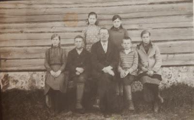 Учитель Гагарин Л.А. с учениками 6 класса,справа у стены Женя Волкова1932 г(из личного архива Зарековкиной З.Р.)