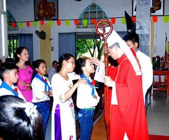 Đức Cha thăm mục vụ và ban Bí tích thêm sức tại giáo xứ Hải Cường