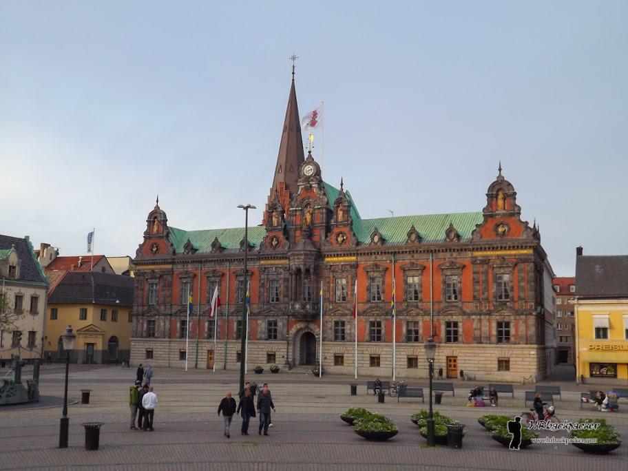 Glavnim trgom Stortorgetom dominira gradska vijećnica i spomenik kralju Karlu X Gustavu.