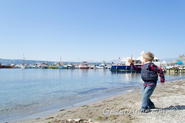 Poyrazköy plajında denize taş atarken