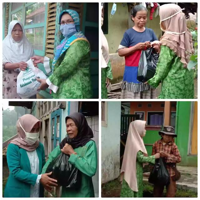 Kumpulkan donasi dari pengurus dan anggota, Fatayat NU Purwakarta berbagi di tengah pandemi