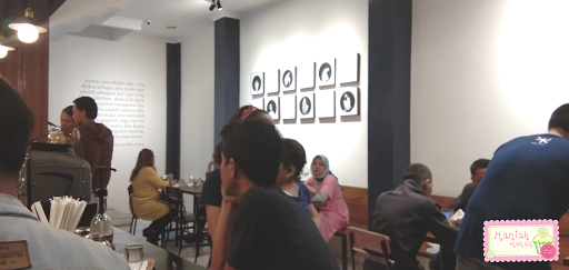 maniak-makan-sekutu-kopi-solo-seating-area