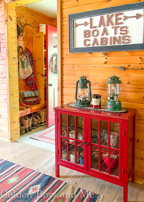 Mudroom in a mountain cabin - www.goldenboysandme.com