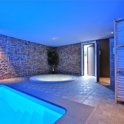 Une salle de massages, un sauna, un hammam, un jacuzzi ainsi qu'une piscine intérieur chauffée à 32C° toute l'année !