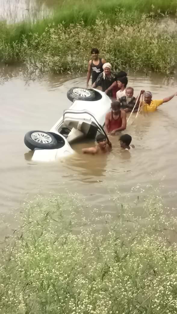 तुलशीपुर मोटरसाइकिल सवार को बचाने में स्विफ्ट डिज़ायर कार तालाब में गिर गई महिला एंव बच्चों सहित 6 लोगों की दर्दनाक मौत हो गयी #Uttarpradesh News