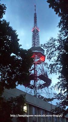 na zdjęciu widoczna wieża przekaźnikowa na szczycie Ślęży