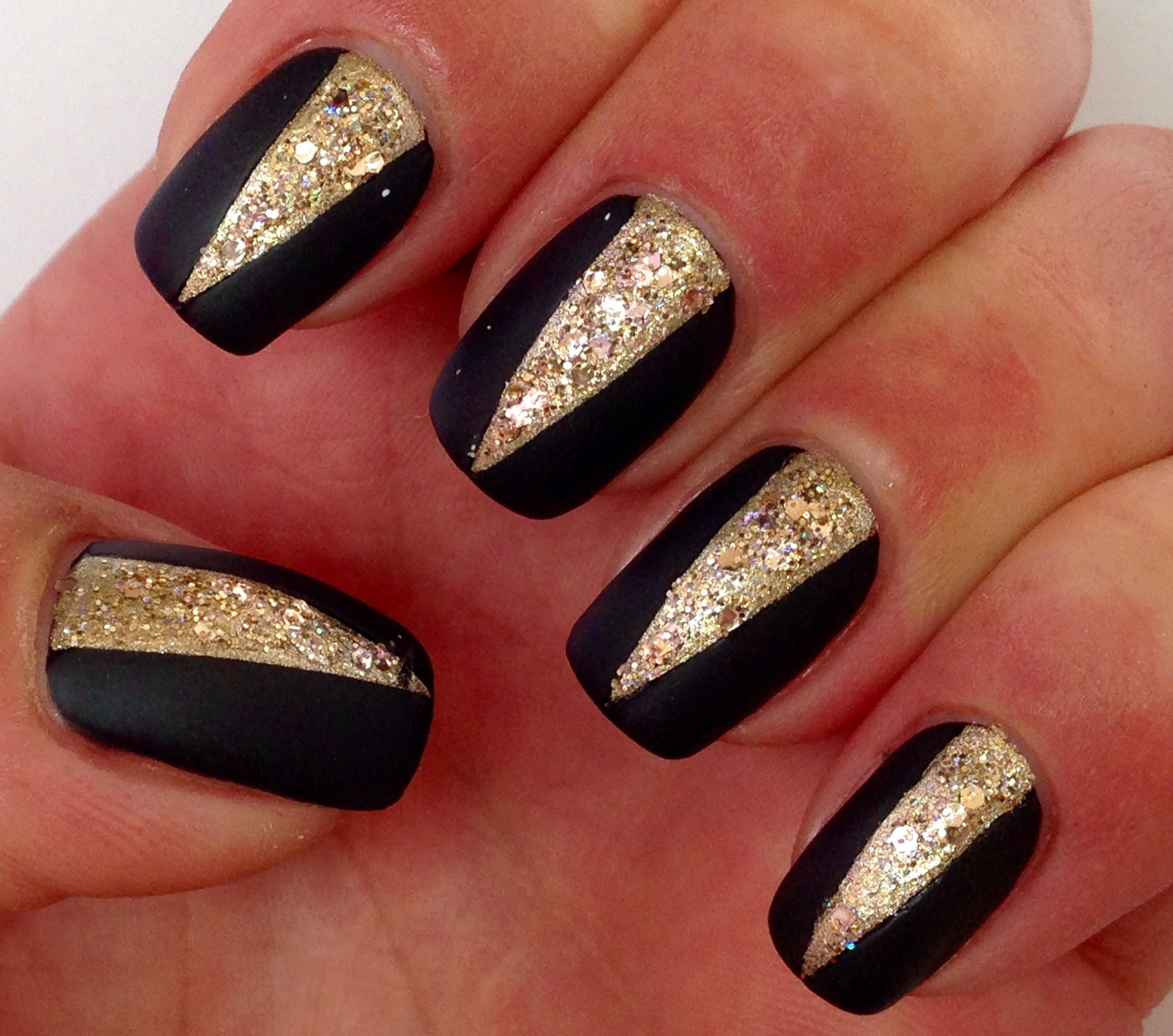 ATTRACTIVE SOPHISTICATED BLACK AND GOLD NAILS-NAIL STYLES 2