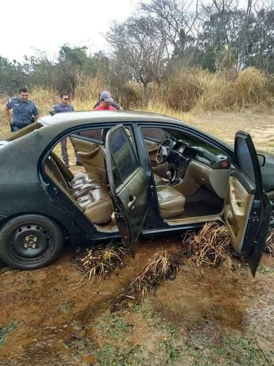 Carro é encontrado dentro de rio em Ubarana
