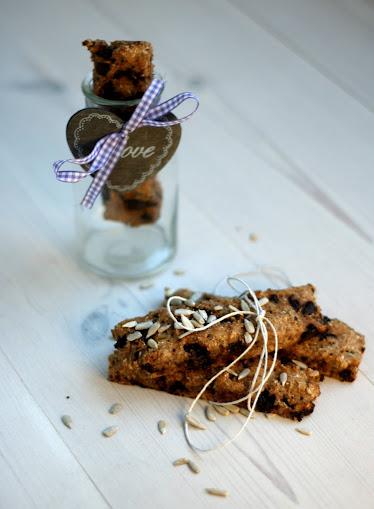 Rugbrødsstænger med rosiner eller chokolade