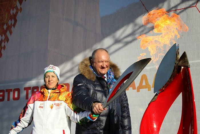 зажигает факел на площади