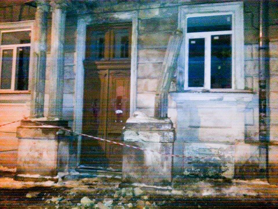 01_1 Одесса: обвалилась колонна, которая подпирает балкон