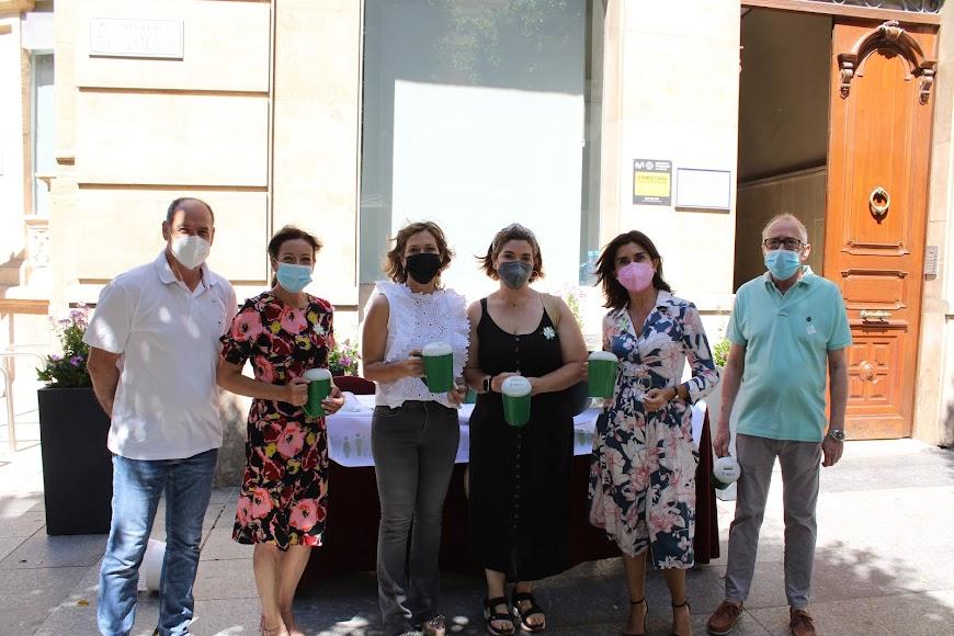 Concejales del Ayuntamiento de Almería en su mesa petitoria.