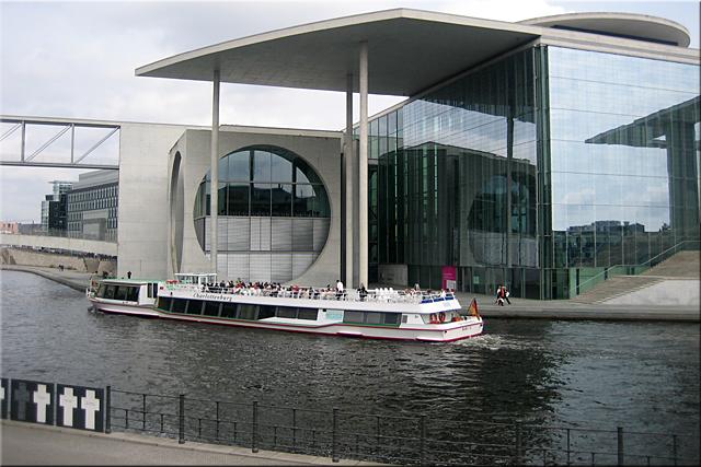 """Sitio conmemorativo """"Weisse Kreuze"""" (Cruces blancas). Al otro lado del río el edificio Marie-Elisabeth-Lüders-Haus - Berlìn'10"""