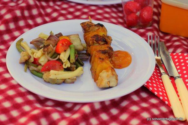Hähnchen-Ananas-Spieße mit Mango-Chili-Glasur und Auberginen-Nudelsalat