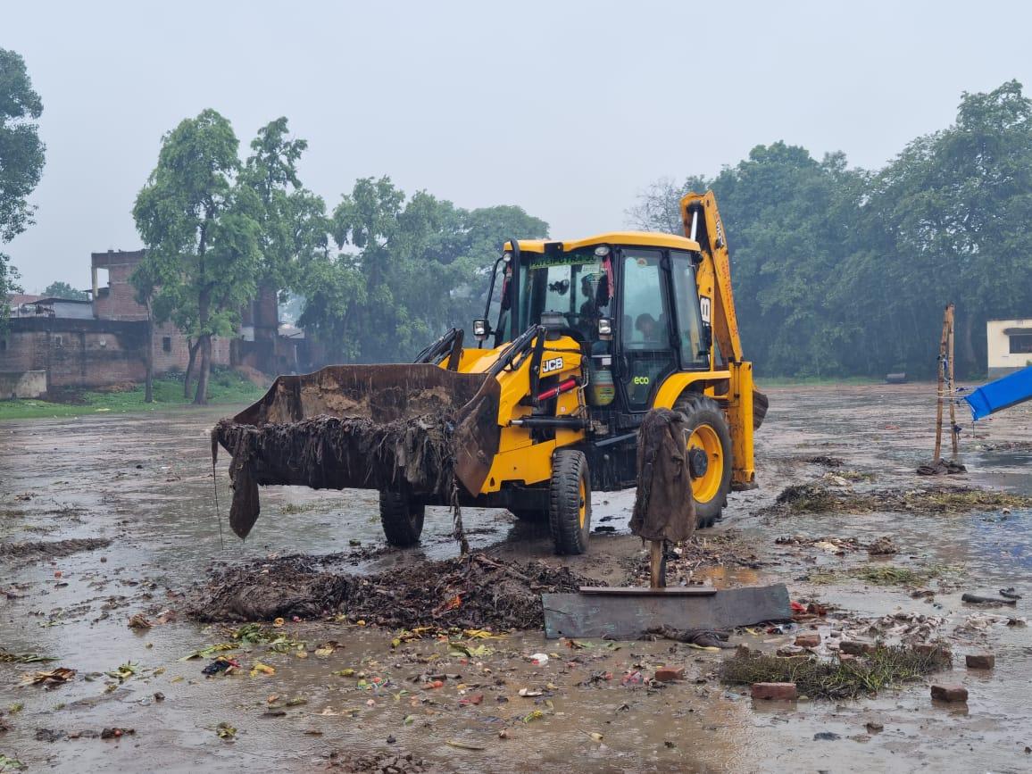ग्रीन व क्लीन बनाने का कवायद: नगर पंचायत ने खेल मैदान को कराया जेसीबी से सफाई
