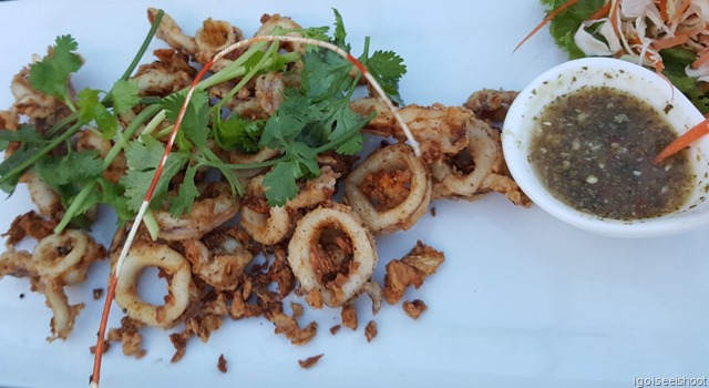 Deep fried calamari with garlic pepper and excellent local Thai dipping sauce.