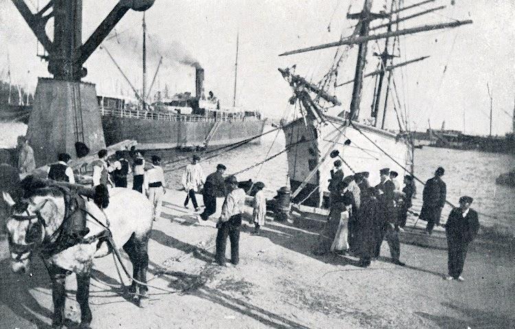 La FRANCISCA NADAL en Barcelona, reparando el bauprés con la ayuda de tracción animal. Del libro La Marina Catalana del Vuitcents.JPG