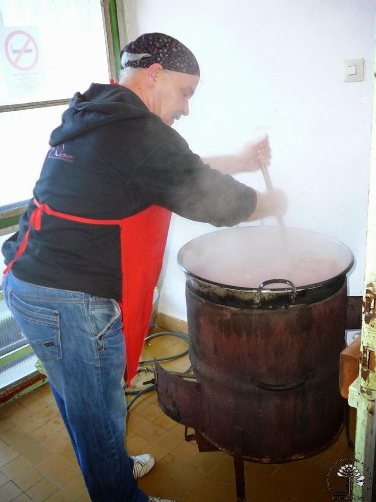 Köncz Csaba főzi az ebédet.jpg rel=