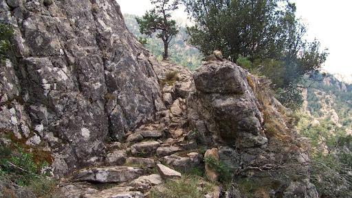 Le beau chemin de contournement de Punta Perelli