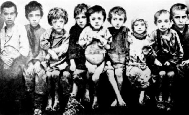 Crianças desnutridas durante a Grande Fome da Ucrânia. Fotografia: autor desconhecido.