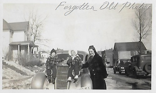 Group on car Pequot Lakes ant 1935 or 34 Ford
