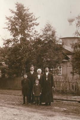 Перед церковью в Низах. Второй слева – Михаил Грибов (сын Семена)(из личного архива Арно Пяристе)