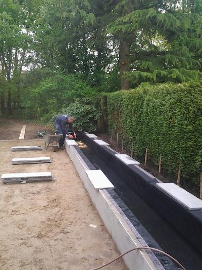 Strakke, onderhoudsvriendelijke achtertuin met lange vijver