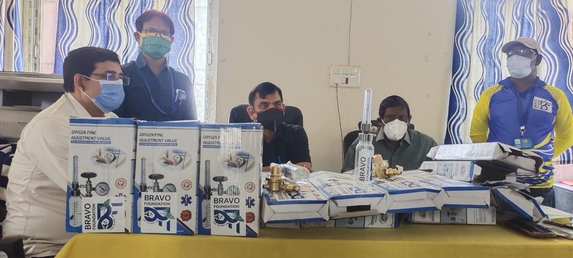 ब्रावो फाउंडेशन ने सदर अस्पताल को पंद्रह ऑक्सीजन फ्लो मीटर सौपा, कोरोना से पीड़ित मरीजों के ईलाज में होगा काफी सहूलियत