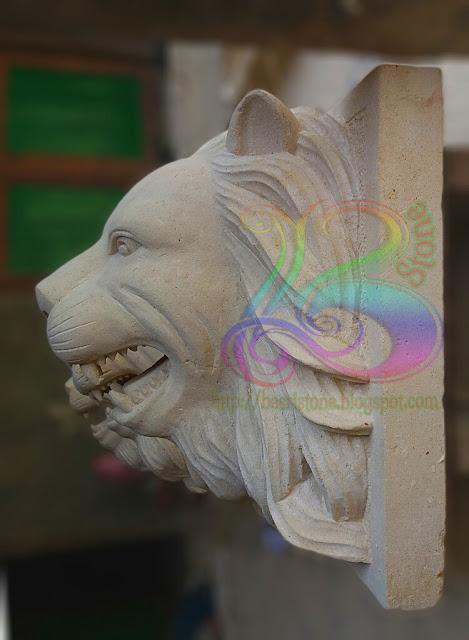 Patung kepala singa tempel batu alam