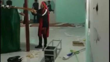 Viral! Orang-orang Berikat Kepala Merah Rusak Musala di Minahasa Utara