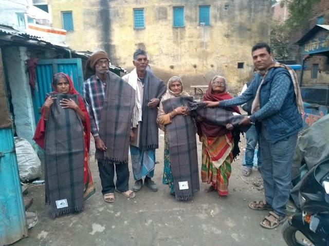 वार्ड पार्षद नीरज कुमार ने गरीबों के बीच बांटा कंबल