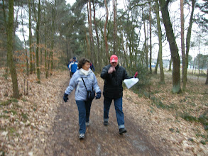 Photo: Renate en Aad druk in gespek over het uitzetten van wandelroutes