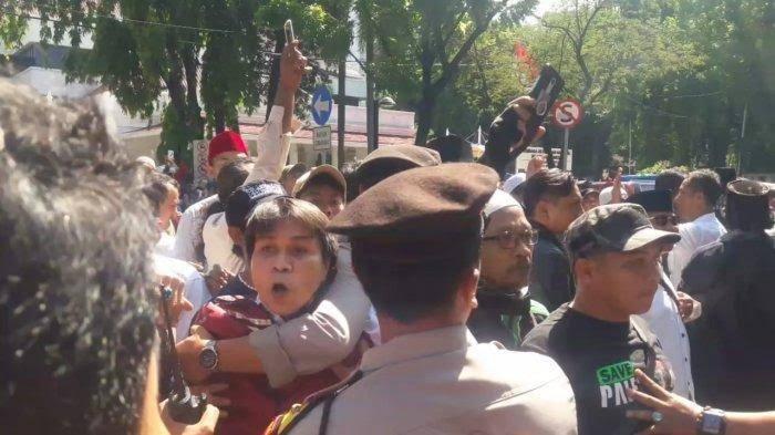 Long March ke Patung Kuda, Massa Kontra Anies Dilempari Botol