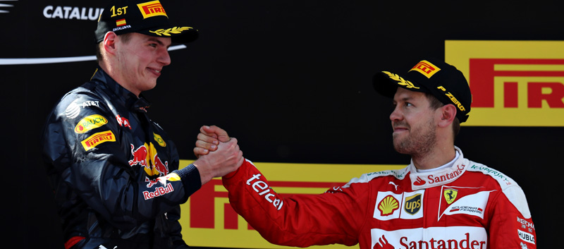 Max Verstappen y Sebastian Vettel se dan la mano en el podio de Montmeló