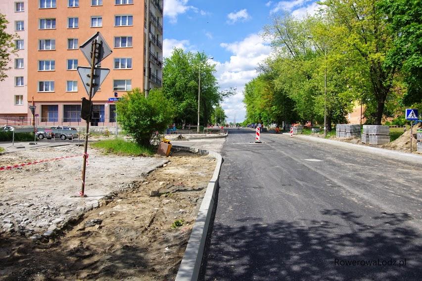 Przed skrzyżowaniem z ul. Boya-Żeleńskiego.