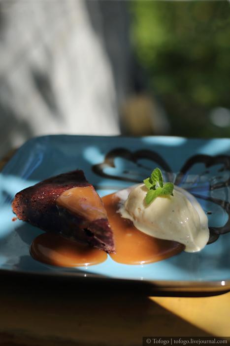 Рецепт: Финиковый пудинг с карамельным соусом