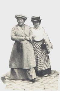 Clara Zetkin und  Rosa Luxemburg Arm in Arm.