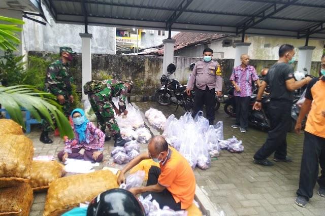 Bhabinkamtibmas Bersama Babinsa Cepu pantau pembagian bantuan di E-Warung