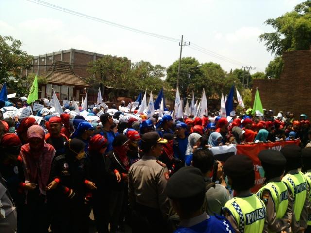 Tolak PP 78, Ratusan Buruh Mojokerto Demo Pemkab
