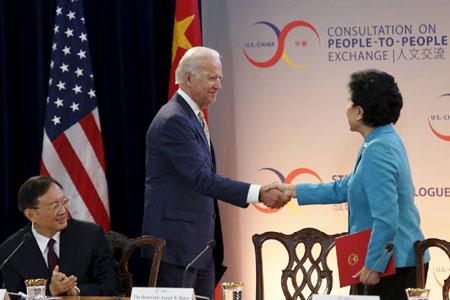 Pho Tong thong My Joe Biden bat tay Pho Thu tuong Trung Quoc Luu Dien Dong tai hoi dam