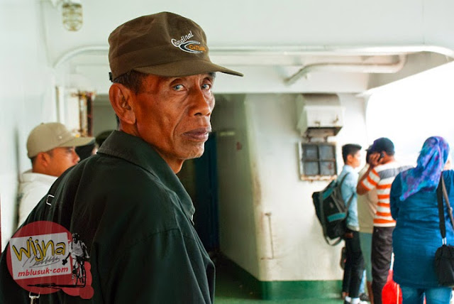 Penumpang pria paruh baya yang tersesat dan kebingungan di Pelabuhan Merak, Banten