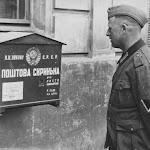 Немецкий солдат смотрит на почтовый ящик на стене дома во Львове.jpeg