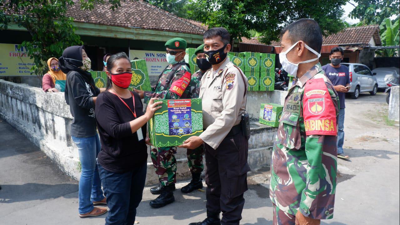 Peduli Frans Larry Penjual Ginjal, Polres Dan Kodim 0723 Klaten Bantu Sembako Keluarganya