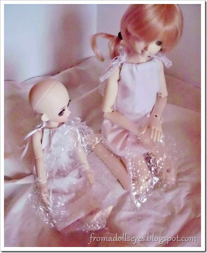 Of Bjd Hair: Reviewing Three Wigs?: Dolls playing with bubble wrap.