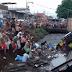 Caminhão de cerveja tomba em esgoto e população mergulha para pegar mercadoria