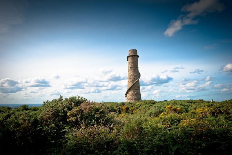 Irlandia -- unikalna wieża w Dublin Mountains..
