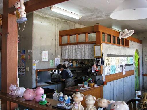 和泉食堂・厨房とカウンター