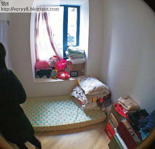 港島•東 18最小單位的睡房,放下單人床墊後,已佔去半間房面積,記者也覺淒涼。廁所就在數步之後。(廖健昌攝)